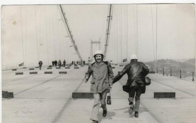 Yapımına 1970'de başlanının ve Cumhuriyet Bayramında 29 Ekim 1973'te açılan bir ikonik yapıdır Boğaziçi Köprüsü. Asya'dan Avrupa'ya, Avrupa'dan Asya'ya geçebilme imkanı verir. Fakat bilinen en eski boğaz geçişi köprü zamanında olmamış M.Ö 511 yılında olmuştur. İskit seferine çıkan Pers Kralı Darius'un 700 bin kişilik ordusu, gemilerin yan yana getirilmesiyle oluşturulan yüzer köprü ile Trakya'ya geçmişlerdir. Bu da bilinen ilk boğaz geçişi olmuştur.  Boğaziçi köprüsü, Asya ve Avrupa'yı birbirine bağlar, yani dönemin iki uç kutbunu. Kapitalist batı ile komünist doğu arasında somut bir bağlantı oluşturur. Bu fikir daha öncelerden bazılarına çekici gelse de bazılarına da oldukça korkutucu gelmiştir. Bu nedenle Boğaziçi köprüsü üzerinde de çok tartışılmıştır.  Toplam uzunluğu 1560 metre, iki kule arası uzunluğu 1073 metre, denizden yüksekliği ise 64 metredir.  Şimdi ise Boğaziçi köprüsünün daha önce görmediğiniz fotoğraflarıyla, adım adım yapımına şahit olacaksınız.  1- 20 Şubat 1970'de Beylerbeyinde temel atma töreni gerçekleşti ve başlangıç yapıldı. Mart 1970'de Ortaköy ayaklarının kazısı başladı hemen ardında da Beylerbeyi ayaklarının kazısı başladı.