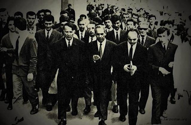 Atsız'ın yargılandığı salona sığmayan gençler Ulus Meydanı'na doğru yürüyüşe geçti. İktidar, zor kullanarak ancak durdurabildi. Demokratik bir başkaldırı anlamını taşıyan olay, zamanla kitleler arasında yayılarak Türkçülük Bayramı adını aldı...