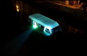 Minibüs kanala uçtu, sürücü kazayı ucuz atlattı!