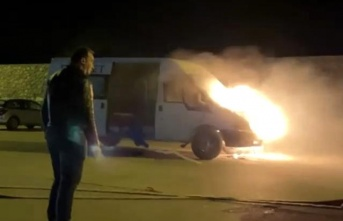 Hatay'da park halindeki minibüs alev alev yandı