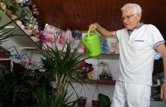 85 yaşındaki Semih Asker Yarım   Asırdır Çiçeklere Can Veriyor