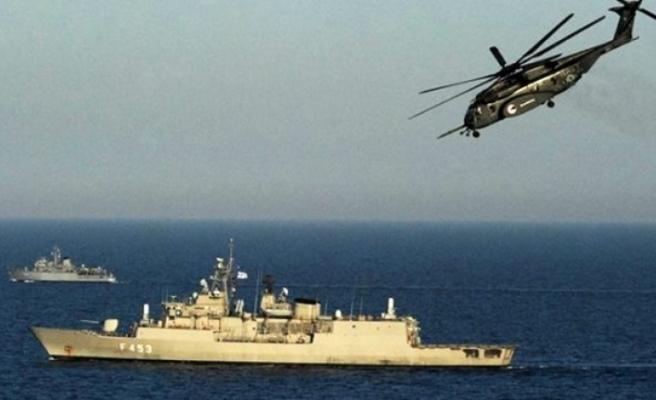 Türk donanması, Akdeniz'de Türk kargo gemisini durdurmaya çalışan Yunanistan ordusuna ait helikoptere müdahale etti