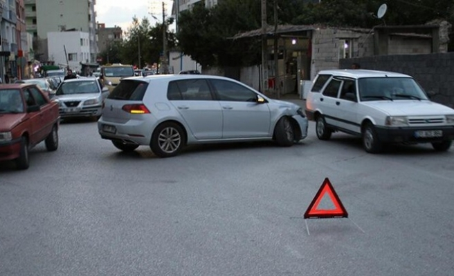 Dörtyol'da minibüsle otomobil   çarpıştı: 1 yaralı