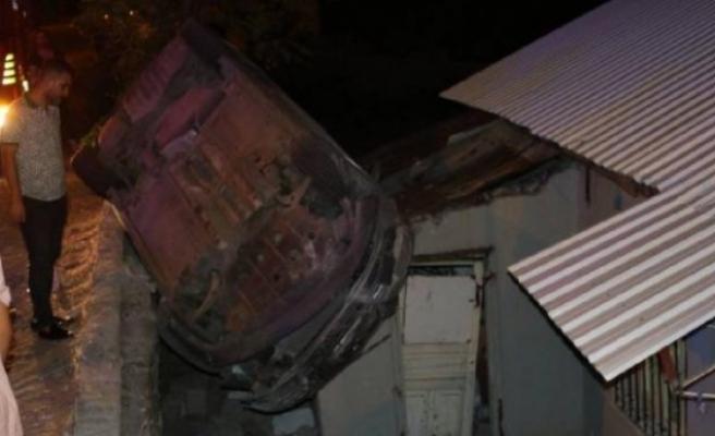 Hatay'da otomobil evin   çatısına düştü: 2 yaralı