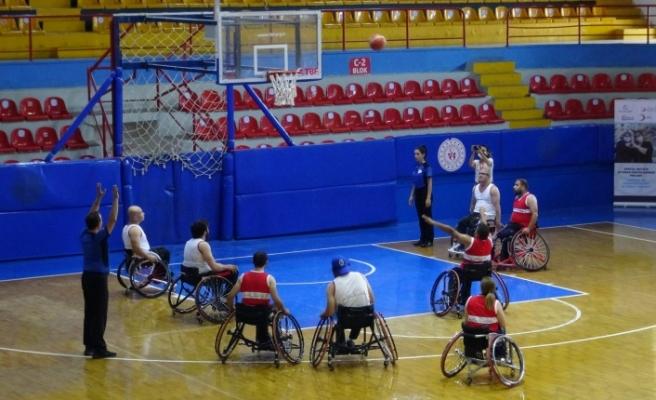 """Hatay'da """"tekerlekli sandalye   basketbol dostluk maçı"""" yapıldı"""