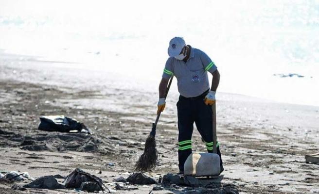 Hatay sahillerinde   Suriye kaynaklı petrol   sızıntısına ilişkin temizlik sürüyor