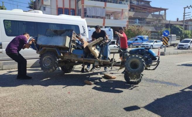 Samandağ'da minibüs ile çarpışan   tarım aracındaki 3 kişi yaralandı