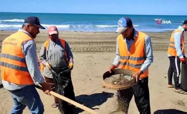 Samandağ'da petrol temizliği   türkü eşliğinde devam ediyor