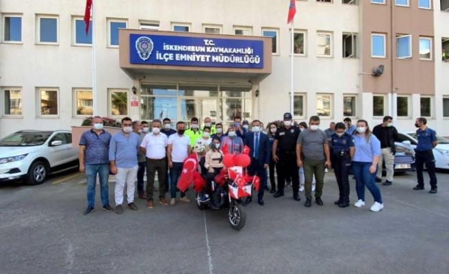 İskenderun polisinden engelli   öğrenciye elektrikli bisiklet
