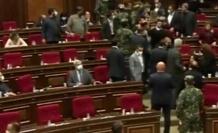 Ermenistan Meclisi Karıştı