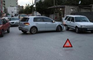 Dörtyol'da minibüsle otomobil çarpıştı:...