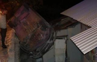 Hatay'da otomobil evin çatısına düştü:...