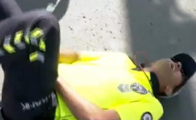 Ankara'da polis, vatandaş tarafından saldırıya uğradı! Aldığı darbe ile olduğu yere yığıldı.