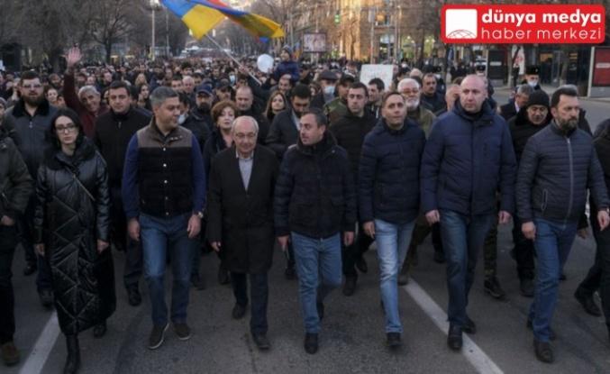 Ermenistan'da Vatandaşlar Hükümet Binasına Yürüdü!
